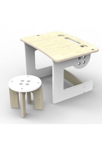 Sivý drevený stôl so stoličkou pre deti