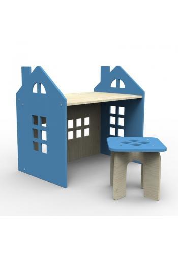 Drevený stôl so stoličkou v modrej farbe