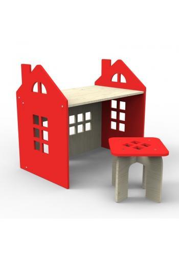 Drevený stôl v tvare domu so stoličkou v modrej farbe
