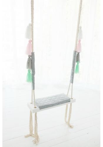 Drevená hojdačka so zamatovým sedadlom v ružovej farbe