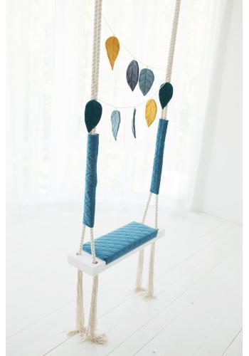 Sivá drevená hojdačka so zamatovým sedadlom pre deti