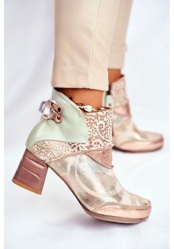 Kotníkové boty v béžové barvě na podpatku s aplikaci v zadní části