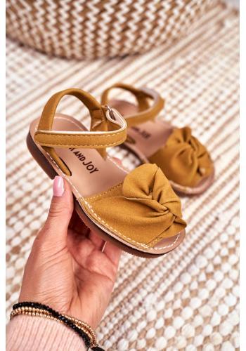 Semišové dětské sandálky žluté barvy se suchým zipem