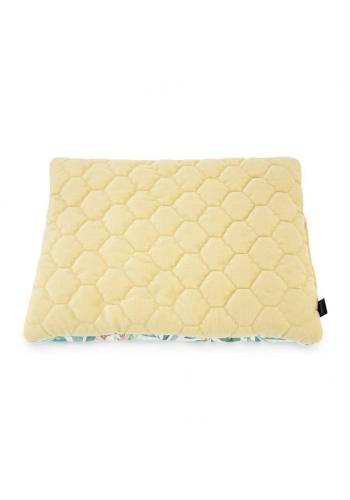 Žlutý malý sametový polštář pro děti s tropickým motivem