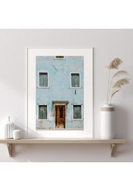 Plakát v odstínech modré s motivem architektury