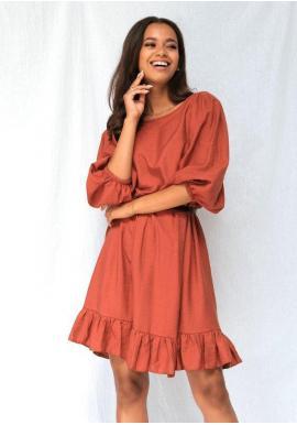 Práškově-oranžové podzimní šaty se širokými rukávy a volánem na sukni