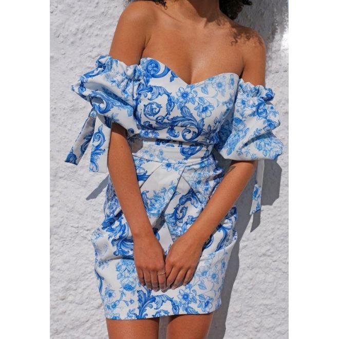 Bílé korzetové šaty s modrým potiskem s odhalenými rameny