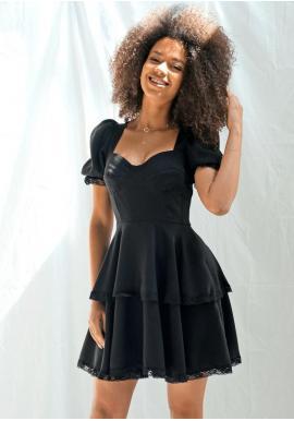 Módní černé šaty s volány na sukni a ozdobnou krajkou