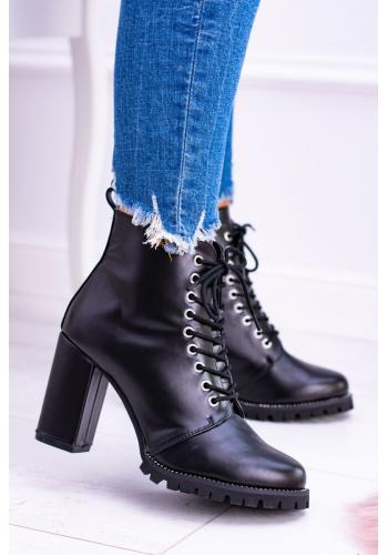 Módne dámske čižmy čiernej farby na širokom opätku