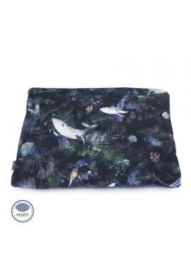 Dětský malý sametový polštář modré barvy s motivem magického lesa