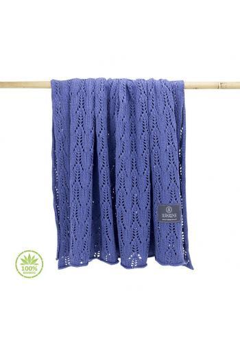 Pletená dětská deka modré barvy s ažurovým vzorem
