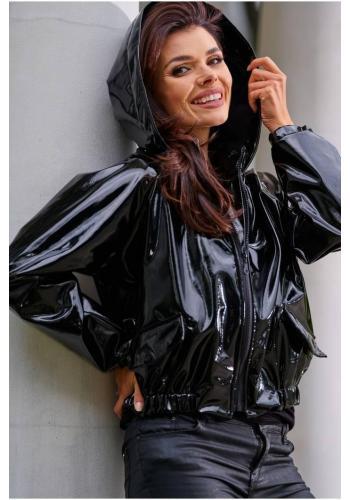 Dámská vinylová krátká bunda s kapucí v černé barvě