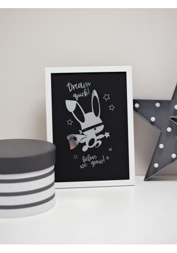 Černý plakát se zrcadlovou grafikou stříbrného ninja králíka