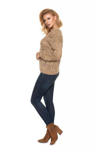 Ažurový dámský oversize svetr kapučínové barvy s véčkovým výstřihem